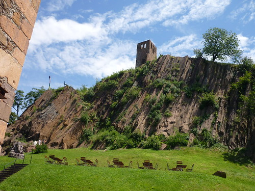 Innenhof von Schloss Sigmundskron vor markantem Porphyrgestein
