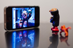 Gargamel et Azrael face au miroir d'un Iphone (discret_incognito78) Tags: blue orange toy toys figurines smurf figurine smurfs jouet azrael pitufo iphone gargamel jouets schlmpfe canonef50mmf14usm schtroumpf peyo puffo schtroumpfs azral schtroumpfer