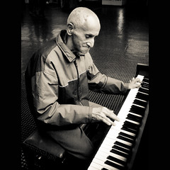Pianista no Metro (Martha M G Raymundo) Tags: portrait people urban square pessoas retrato piano monocrome brancoepreto blackwithe mmgr marthamgr marthamariagrabnerraymundo marthamgraymundo