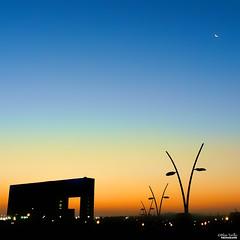 La luna y el amanecer (Blas Torillo) Tags: méxico architecture sunrise mexico dawn arquitectura nikon amanecer coolpix puebla p500 professionalphotography hospitals hospitales nikonp500 nikoncoolpixp500 coolpixp500 fotografíaprofesional mexicanphotographers fotógrafosmexicanos hospitalángelespuebla