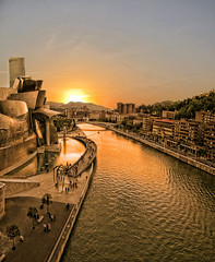 Tarde en el Guggenheim (toalafoto) Tags: bridge sunset sun color reflection sol colors museum composition canon reflections atardecer arquitectura agua flickr colours monumento horizon sunsets colores bilbao cielo reflejo ligth guggenheim museo diferente reflexions bizkaia reflets vizcaya bilbo horizonte anochecer reflejos deusto ligths composicion diferent euzkadi refleixons toalafoto