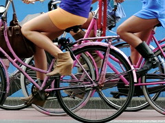 Tres Chicas en Bici/Three girls cycling (Joe Lomas) Tags: leica girls holland amsterdam bike bicycle legs boots wheels bicicleta bici chicas holanda botas ruedas piernas muslos onwheels tighs sobreruedas neederlans photostakenwithaleica