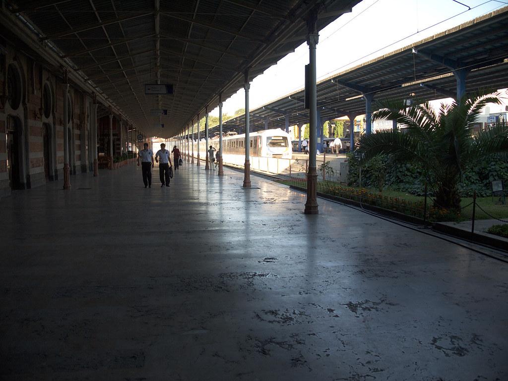 İstanbul Sirkeci Terminal inside platform