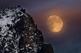 La luna sale detras de la Aguille San Nom (Chamonix)  DSC2100 copia r