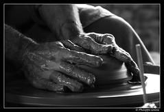 Monter la terre - naissance d'une forme (photons_93) Tags: france 2011 bourgogne stamandenpuisaye puisaye poterie pottery terre cration argile clay  mains hands  blackandwhite bw noiretblanc nb  potier  potter