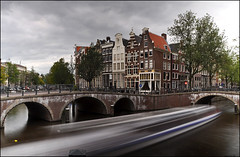 canal speed (leuntje) Tags: bridge holland amsterdam canals explore netherland brug grachten keizersgracht leidsegracht grachtenhuizen sightseeingboat canalsidehouses