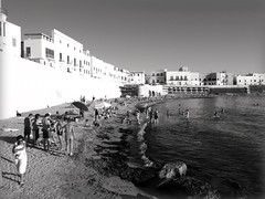 Spiaggia della Puritate (fabia.lecce) Tags: light sea summer people bw italy beach mar gallipoli salento puglia biancoenero apulia regionepuglia puritate purit spiaggiadellapuritate