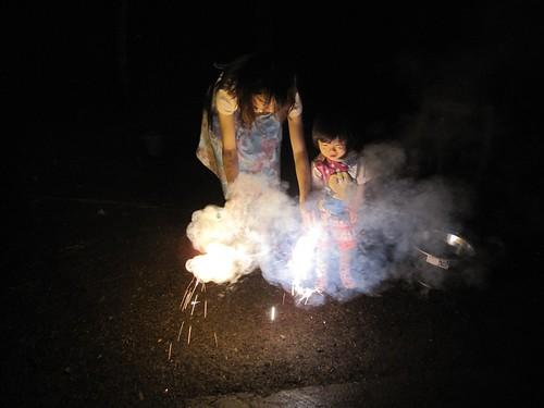 山荘庭で花火遊び 2011年8月9日20:52 by Poran111