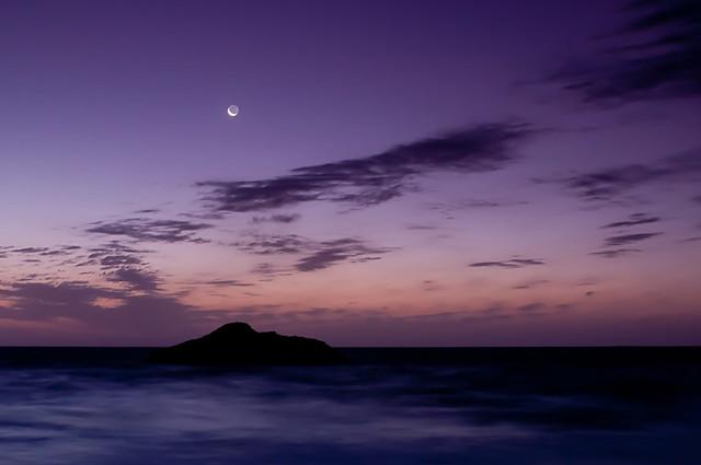 luna tímida al amanecer