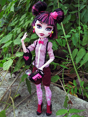 Bow ties are cool! (Mariko&Susie) Tags: camera flower monster outfit high doll photographer d vampire dracula clothes jungle paparazzi fabulous mh mattel count ula marikosusie draculaura