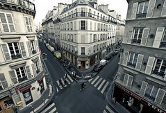Carrefoure / Encrucijada (Cris Valencia) Tags: street urban paris pigalle sigma1020mm canon7d lpbetween lp2011winners
