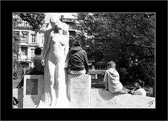 Pierres pleines de vie... (coolpif) Tags: bw statue children nb lovers streetphoto enfant amoureux lige