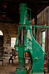 CP038 Powered Hammer (listentoreason) Tags: usa color green america canon georgia unitedstates favorites places savannah tool railroadmuseum steamhammer ef28135mmf3556isusm score30 machinetool roundhouserailroadmuseum