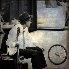 Un msico callejero (no sabemos cmo llamarnos) Tags: guitarra strangers musica msico desconocido robado
