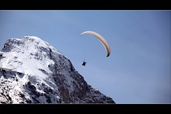 Incoming (Glasauge ) Tags: schnee sky mountain snow berg rock canon is mark himmel ii 200 l 5d 40 paragliding fels 70 eiger gleitschirmfliegen