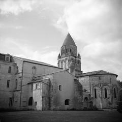 Charente (mistinguette18) Tags: bw 120 6x6 square nb hp5 église ilford charente saintes 400iso abbaye moyenformat elioflex
