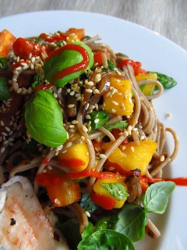 Soba salade met geroosterde wortel en mango