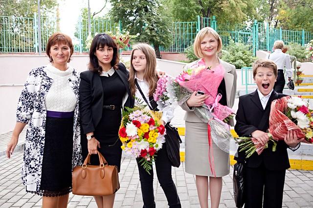 Тина Канделаки со своими детьми и директором школы