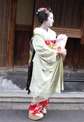 Gion (japanjuezba) Tags: flowers japan kyoto maiko geiko geisha temples nippon kimono obi gion shrines kiyomizudera nihon fushimiinari pontocho higashiyama yasaka toriigates
