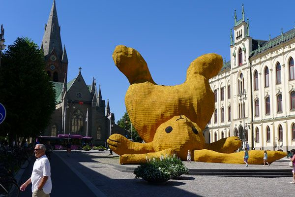 The Big Yellow Rabbit by Florentijn Hofman 3