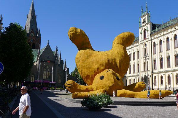 The Big Yellow Rabbit by Florentijn Hofman 3