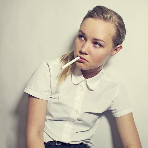 [フリー画像] 人物, 女性, 煙草・タバコ, 201109121500