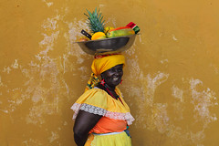La palenquera (Eric Dupuis) Tags: woman canada frutas fruits yellow wall jaune pared photography photo mujer eric colombia colours photographie quebec montreal couleurs femme colores amarillo fotografia mur cartagena sudamerica dupuis colombie ericdupuis palenquera carthagne thebestofday gnneniyisi ricdupuis