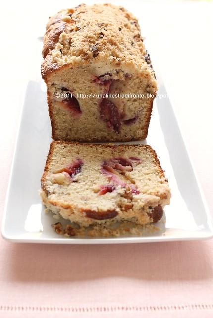 Cake con prugne, nocciole e crumble