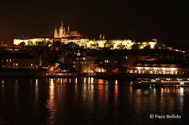Vista nocturna de Hradcany desde el Puente de Carlos. © Paco Bellido, 2005