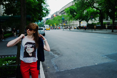 New York - Museum Mile #1 (Araakii) Tags: woman shirt sunglasses beauty street metropolitan museum mile nyc new york leica m9 rangefinder zeiss 35mm biogon3528zm