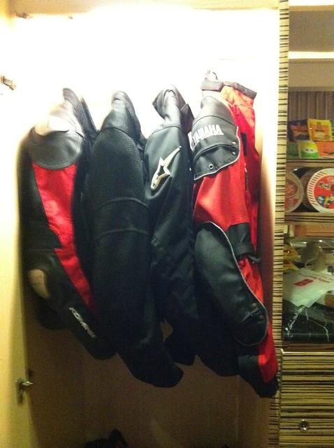 四件防摔衣擠在衣櫃
