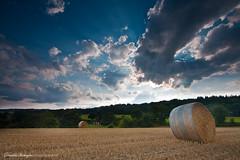 Un soir  la campagne (Descliks2bretagne PHOTOGRAPHIE) Tags: sky cloud field canon champs bretagne ciel filter nuage morbihan hitech botte paille filtre moisson 450d 1022canon roundballer lesourn 09hardgrad descliks2bretagne ledilhuitnicolas