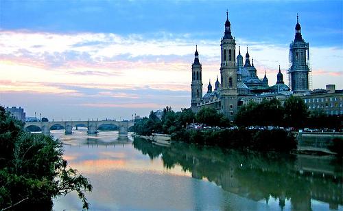 Vista del Santuario del Pilar desde el Ebro