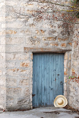 La puerta y el sombrero (Silvia+Nikon) Tags: door blue azul puerta blau tr