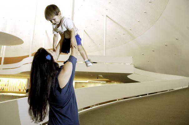 Ana Laura e Marcelo passeando no museu