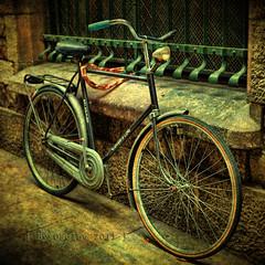 Una bicicleta en Barcelona (osolev) Tags: barcelona espaa bike bicycle photoshop canon square spain europa europe bicicleta ps 5d catalunya velo catalua textured motat cs4 biciclette espanya cuadrada ltytrx5 ltytr1 retosemanal osolev tatot flickraward magicunicornverybest magicunicornmasterpiece mygearandme mygearandmepremium mygearandmebronze mygearandmesilver mygearandmegold cruzadasi