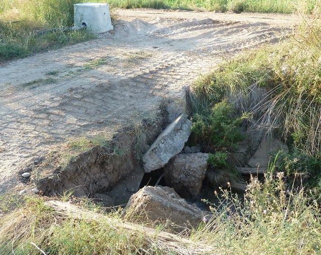 puente destrozado por el paso de los camiones de gran tonelaje de Gerardo de la Calle