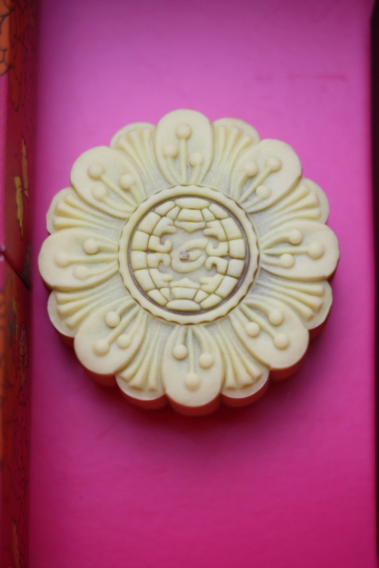chrysanthenum pu-er tea mooncake