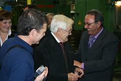Felix Prol y el fundador Julian Tellería dandose la mano