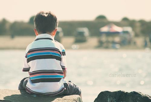 Adrian mirando el mar
