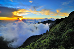 Sunset in Mt.Hehuan  (Vincent_Ting) Tags: sunset sky mountain night clouds star glow taiwan trails  flare formosa   crepuscularrays startrails                   seaofclous