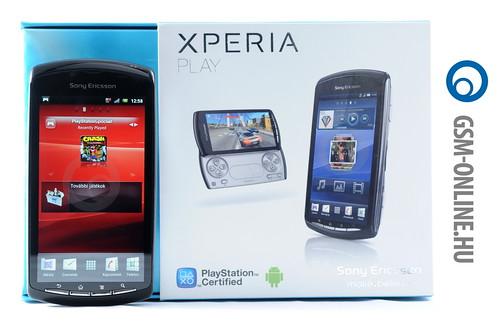 Sony Ericsson Xperia Play dobozával állítva