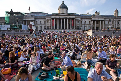 BP Big Screen audience in Trafalgar Square, London © ROH 2011