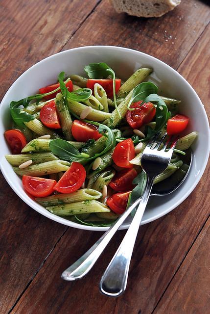 2.Insalata di pasta con pomodorini al pesto di rucola