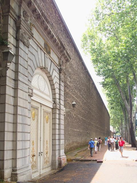 朵瑪巴切皇宮的高牆