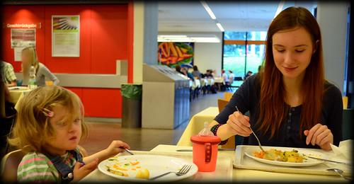 Vor der Wohnungsbesichtigung gab es Mittagessen in der Uni-Mensa. Ich glaube mein Baby hat sich da gerade mit einem glitschigen Pilz auseinder gesetzt :D