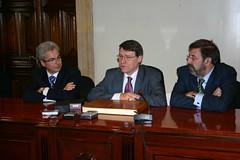 El ministro Jordi Sevilla acompañado por el alcade Carlos Totorika y Paulino Luesma en la casa consistorian en el cierre de las jornadas Watch-it