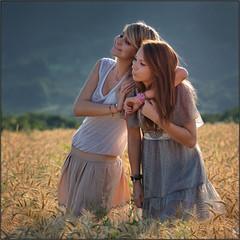 Fiona & Julia (PM Gaury) Tags: portrait girl field de nikon sommer wheat fille champ jeune bl d90 et nikond90