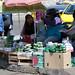 Bancarella al mercato di Salvador de Jujuy con in bella mostra i classici sacchetti verdi di foglie di coca