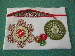 Bolsinha Brim vermelho e verde (TUKKA*  -  Fuxicos, Retalhos e Penduricalhos) Tags: jeans botão fuxico bolsa tecido bordado brim bolsinha crochê botões apliqué zíper fuxicos